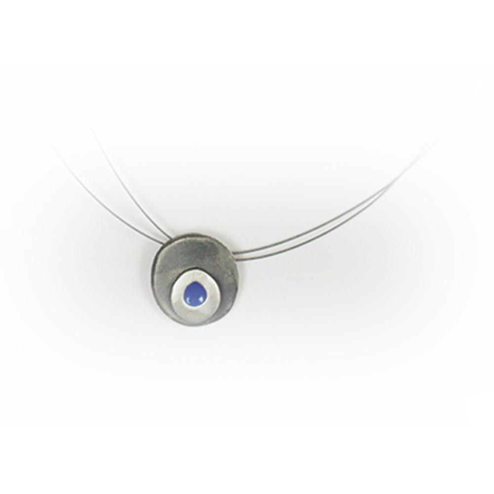 Colgante artesanal ovalado de plata