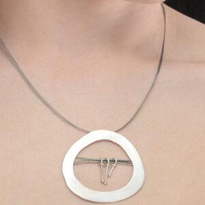 Colgante artesanal circular de plata y oro