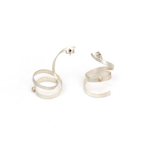 Pendientes artesanales espiral plata. Espiral vertical irregular con bolita de oro de 14 ct. Joyería artesanal contemporánea.