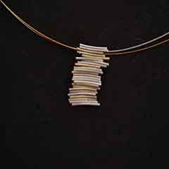 Colgante artesanal vertical de plata y oro