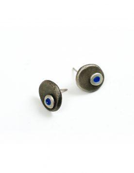 Pendientes artesanales redondos de plata y detalle de esmalte azul